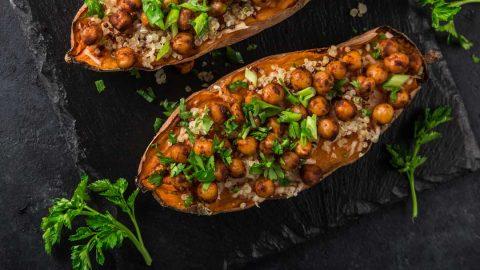 Sladki krompir v pečici s čičeriko in kvinojo